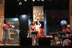 نونا ريا المجموعة الموسيقية النسائية للأغاني المحبوبة الإندونيسية