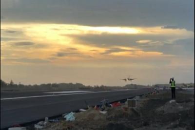 اختبار معايير الطيران  في مطار يوجياكرتا الدولي.