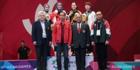 President Jokowi geeft direct het eerste goud medaille van Indonesië aan Defia
