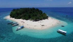 Blauwe zee eiland Hilaga