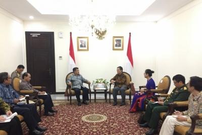 Le vice-président Jusuf Kalla et l'ambassadeur du Vietnam discutent de coopération