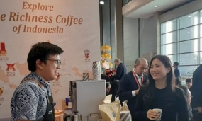 Wakil Menteri Pariwisata dan Ekonomi Kreatif Angela Tanoesoedibjo mencoba kopi saat mengunjungi Paviliun indonesia dalam Travex 2020 di Bridex International Conference Center, Brunei Darussalam. ANTARA/Ade Irma Junida
