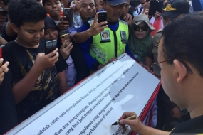 Jakarta Governor Anies Baswedan signed an inscription marking the inauguration of a cultural spot in Dukuh Atas, Jakarta, Sunday (Aug 18, 2019).