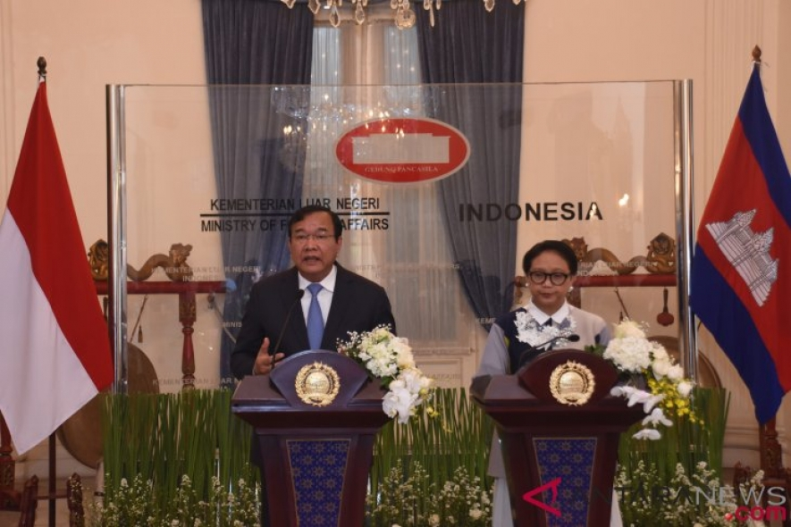 Foreign Minister Retno Marsudi (right) and Cambodian Foreign Minister Prak Sokhonn (left) gave a press statement at the Pancasila Building, Jakarta, Tuesday (12/04/2018).