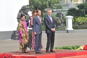 President Jokowi along with Argentine President Mauricio Macri followed by First Lady Iriana Joko Widodo and wife of President Argantina Juliana Awada following the welcoming ceremony, at the Bogor Presidential Palace, West Java, Wednesday (6/26) afternoon.