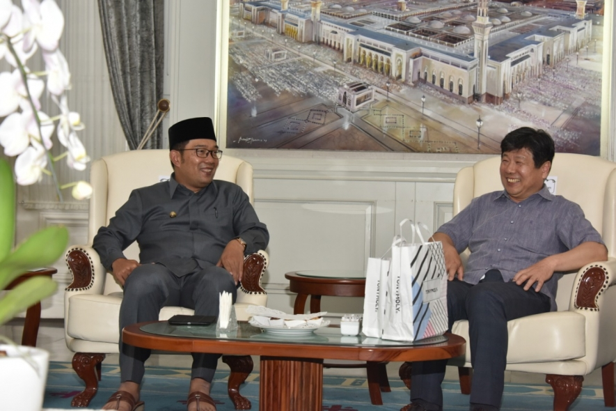 West Java Governor Ridwan Kamil and Korean Sung Kyul University`s President Dong Cheoul Yoon