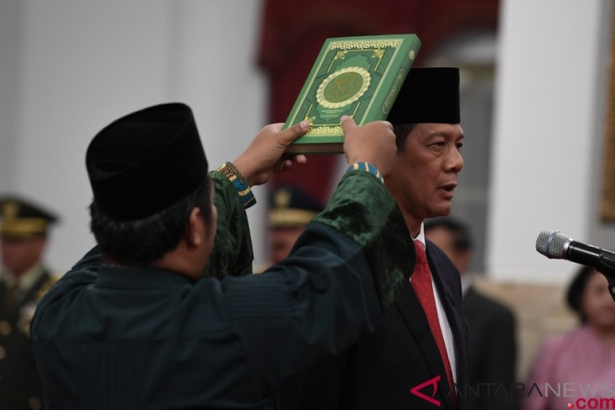 Lieutenant General Doni Monardo is sworn in by Holy Quran as new chief of the National Disaster Mitigation Board (BNPB), replacing Commodore (ret) Willem Rampangilei at the State Palace in Jakarta on Wednesday, Jan 9, 2019