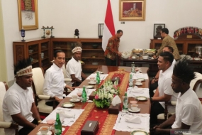 President Jokowi had a lunch with guests from Papua Province at the Merdeka Palace, in Jakarta, on Sept 3, 2019.