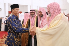 President Joko Widodo during a meeting with Musabaqah Memorize Al-Quran and Hadith Prince Sultan bin Abdul Aziz Alu Su'ud of the 10th ASEAN and Pacific level at the State Palace, Jakarta, on Thursday, March 22, 2018.