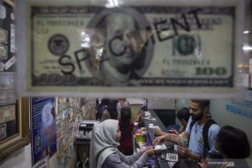 Some residents exchange money at a money changer outlet in Jakarta on Friday (Feb 7, 2020)