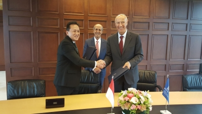 Bekraf Chief, Triawan Munaf (left) and WIPO Director General, Francis Gurry (right) take a picture together after signing a memorandum of understanding in the development of intellectual property in Geneva, Switzerland, Monday (05/20/2019). (Bekraf)