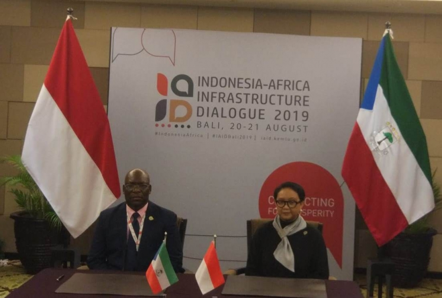 Indonesian Foreign Minister Retno Marsudi and Equatorial Guinea's Foreign Minister, Simeon Oyono, signed a memorandum of understanding regarding visa-free for diplomatic passport holders of the two countries in Nusa Dua Bali, Wednesday (21/8)