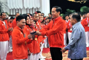 Jokowi Hands over bonuses to Indonesian athletes at Asian Para Games Athletes