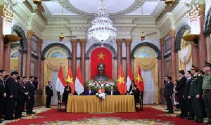 Indonesian President Joko Widodo and President of Vietnam witness the signing of MoU