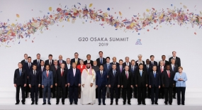 President Joko Widodo ( first row, 3rd from left ) in family photo at G 20 summit