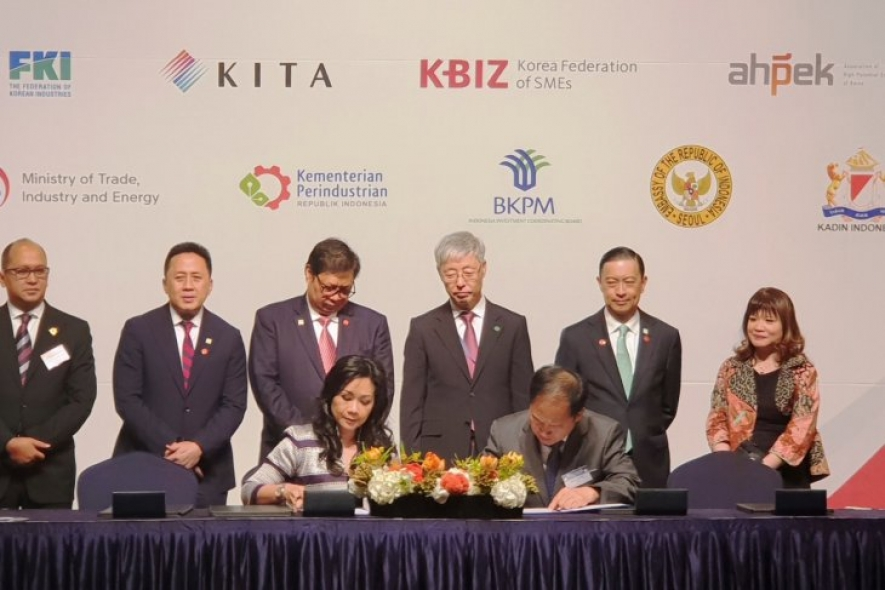 Industry Minister Airlangga Hartarto (standing third left) witnessed the signing of 15 MoUs conducted by Indonesian-South Korean government companies and institutions at the 2018 Business and Investment Forum in Seoul, Monday (10/9)