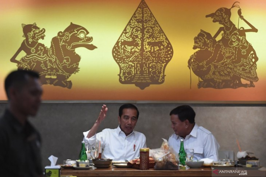 President Joko Widodo (left) talks with Gerindra Party Chairperson Prabowo Subianto (right) during a meeting at FX Senayan, Jakarta, Saturday (07/13/2019). The two contestants of the 2019 Presidential Election agreed to maintain unity in Indonesia