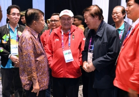 Vice President  Jusuf Kalla ( second left ) meet Bambang Hartono ( middle, Red jacket ) in the break session of Bridge Competition of AG 2018 in Jakarta