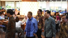 President Jokowi checks OSS for investors