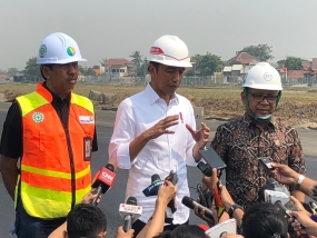President Jokowi was accompanied by Minister of State Secretary to answer reporters abruptly reviewing the progress of the construction of the third runway at Soetta Airport, in Cengkareng, Tangerang, Banten, Friday (6/21)  morning.