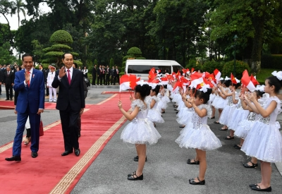 President Joko Widodo and President Vietnam, walked in front of the children waving small flags of Indonesia and Vietnam