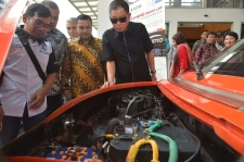 Minister of Energy, Ignasius Jonan observes Electric car