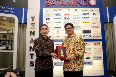 Minister of Industry, Airlangga Hartarto ( right)