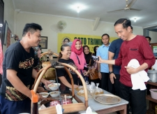 President Joko Widodo watched while Soto soup is serving