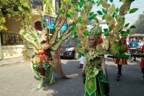 Illustration of a carnival with costumes made of recycled materials in East Java. (ANTARA/HO/ac)