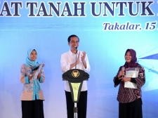 President Submits Thousands of Land Certificates to People in South Sulawesi