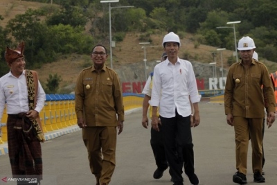 President Joko Widodo (second from right) in the company of East Nusa Tenggara Governor Viktor B Laiskodat (right), Deputy Governor Josef Nae Soi and Belu District Head Willy lay after the inauguration of Rotiklot Dam in Belu District, East Nusa Tenggara on Monday (20/5/2019).