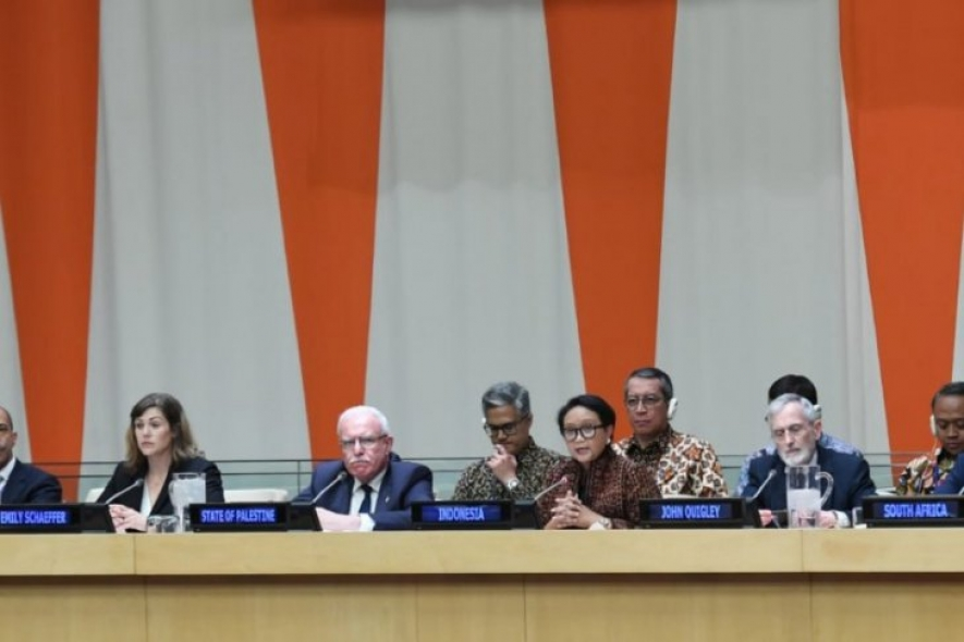 FM Retno Marsudi in one meeting (5th from left)