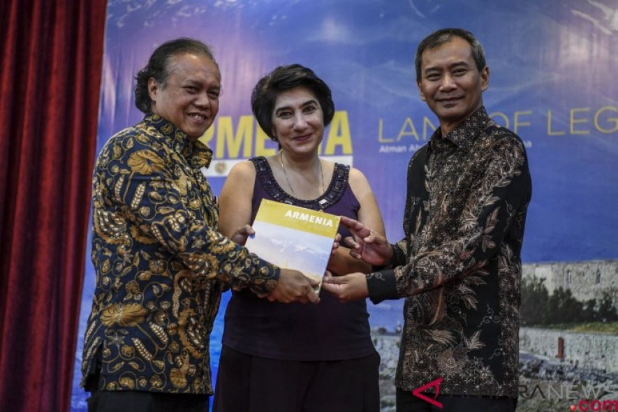 "Managing Director of Antara News Agency Meidyatama Suryodiningrat (right) hands over a photo book ""Armenia: Land of Legend"" to Armenian Ambassador to Indonesia Dziunik Aghajanian (center) and Director General of America and Europe at the Indonesian Foreign Ministry Muhammad Anshor (lefti) during the launch of the book at Auditorium Adhiyana, Wisma Antara, Jakarta, Tuesday (Jan 15, 2019). (ANTARA FOTO/Hafidz Mubarak A/nz.)"