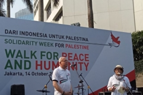 Palestinian Foreign Minister Riyad al-Maliki (left) accompanied Indonesian Foreign Minister Retno Marsudi while giving a speech on a Walk for Peace and Humanity in the Solidarity for Palestine Week in Jakarta, Sunday (Oct 14/2018)