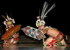 El baile de Monong de Kalimantan occidental