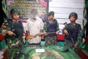 Papuan separatist group only identified by his initial YK had handed over his rifle and two 22-caliber bullets to the Indonesian military in Merauke District, Papua Province,.