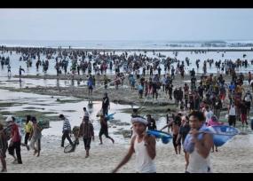 Une tradition de Bau Nyale à l'ile de Lombok.