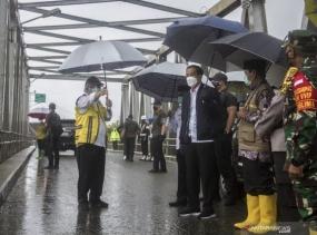 Le président Jokowi passe en revue les inondations dans la régence de Banjar