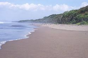 La Plage de la baie de tortue   à  Cilacap, Java centre.