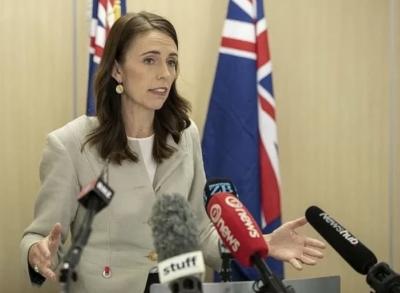 Remportant une grande victoire, Ardern forme le gouvernement en 3 semaines