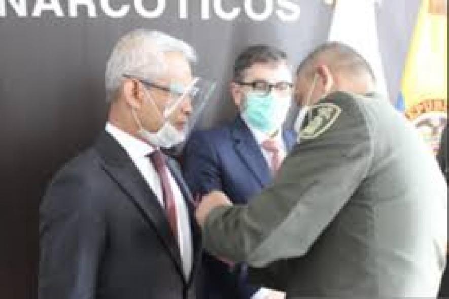 Der indonesische Botschafter erhielt von der kolumbianischen Polizei einen Anti-Drogen-Preis
