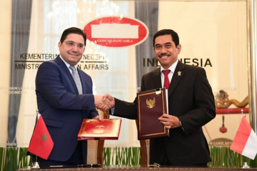 Minister of Foreign Affairs Retno Marsudi (right) shakes hand with her Moroccan counterpart, Minister Nasser Bourita (left) in Jakarta, Monday (28/10/2019).